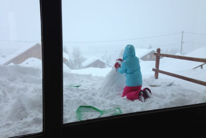 Jouer dans la neige devant l'appartement